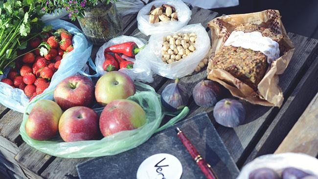 truskawki, jabko, figi, chleb