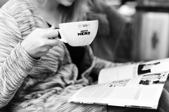 dziewczyna z kawą Nero Green Coffee