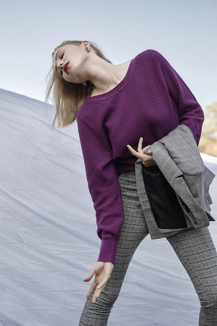 szary garnitur, outfit do pracy, jak ubierać się do pracy, stylistka Ilona Jaworska