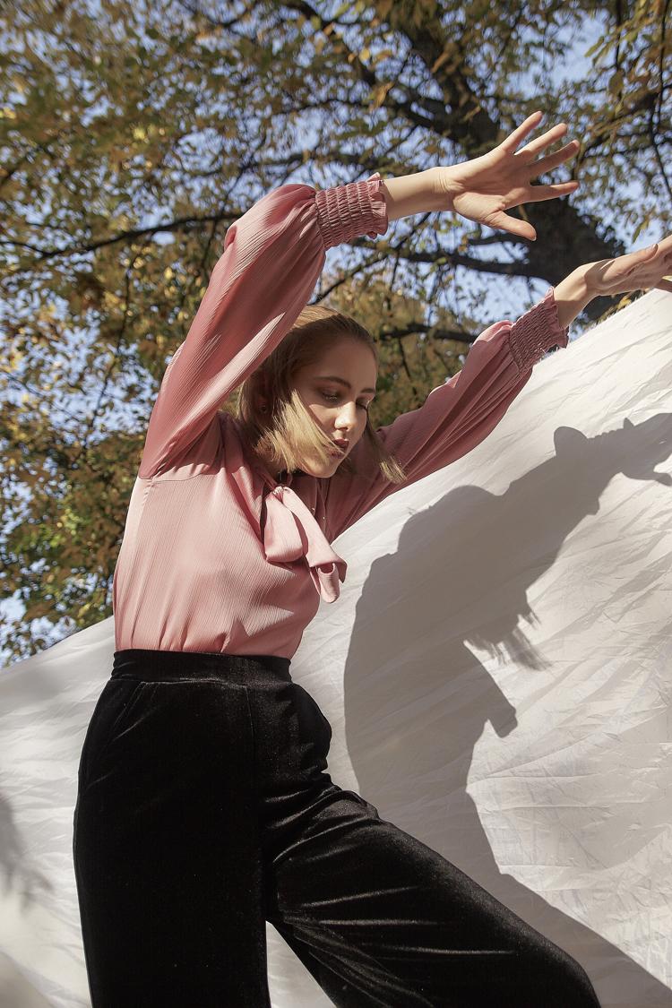 modelka Eliza Białogrodzka, fotograf Kamil Banaszek, różowa koszula i czarne spodnie