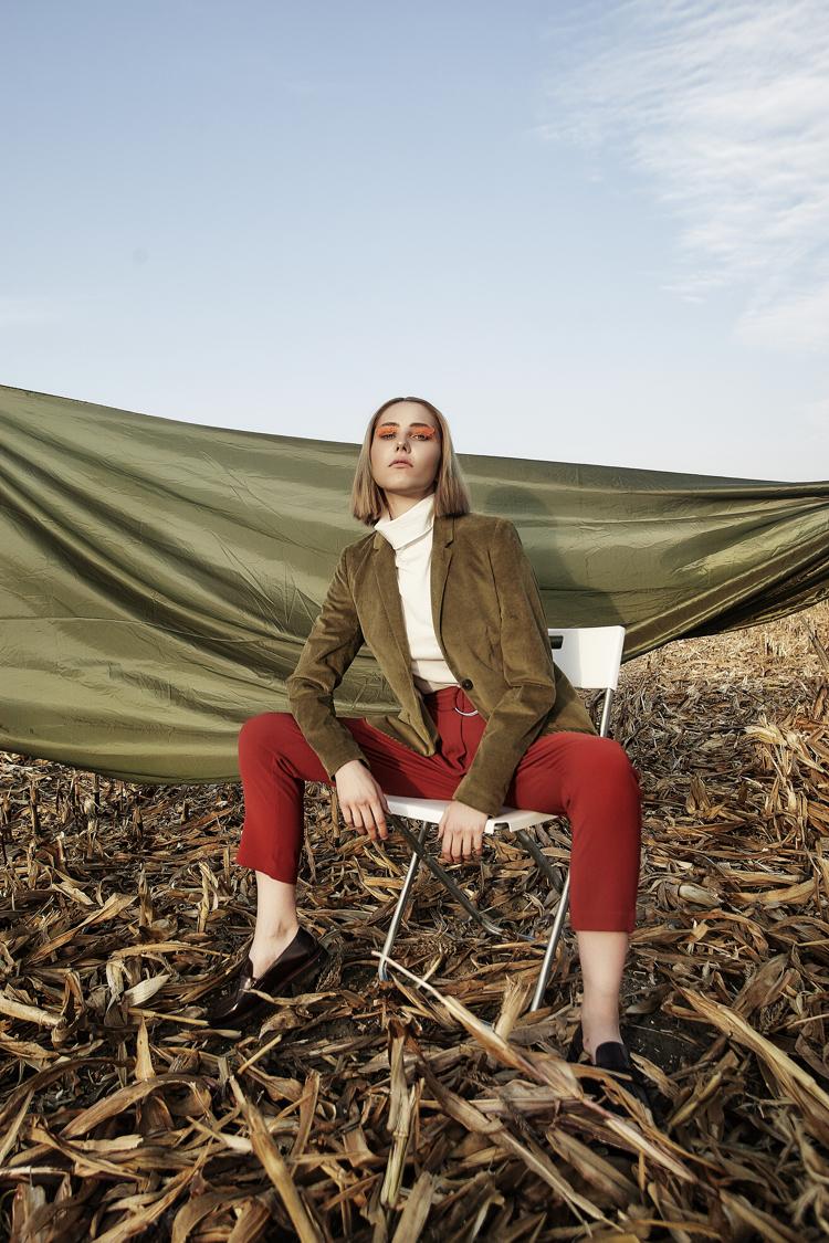 Modelka Eliza Białogrodzka, czerwone spodnie i biały golf, sesja modowa, inspiracje modowe