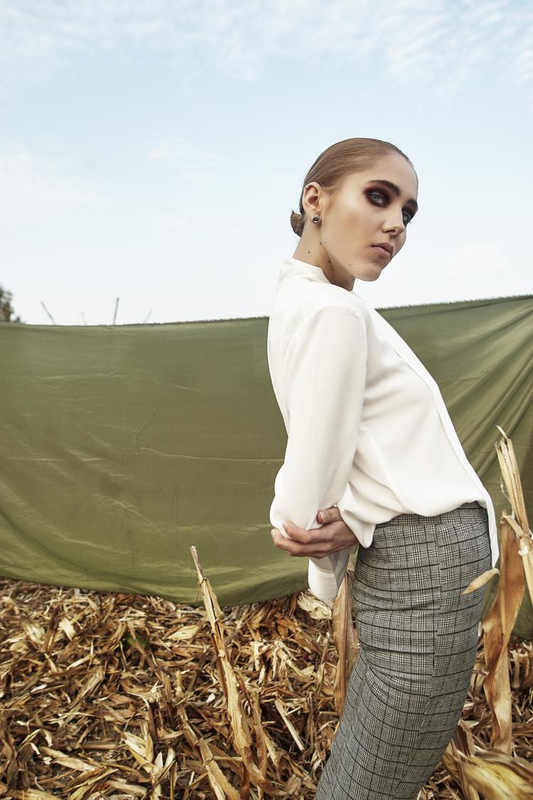 Eliza Białogrodzka modelka, stylistka Ilona Jaworska, sesja modowa, biała koszula i spódnica