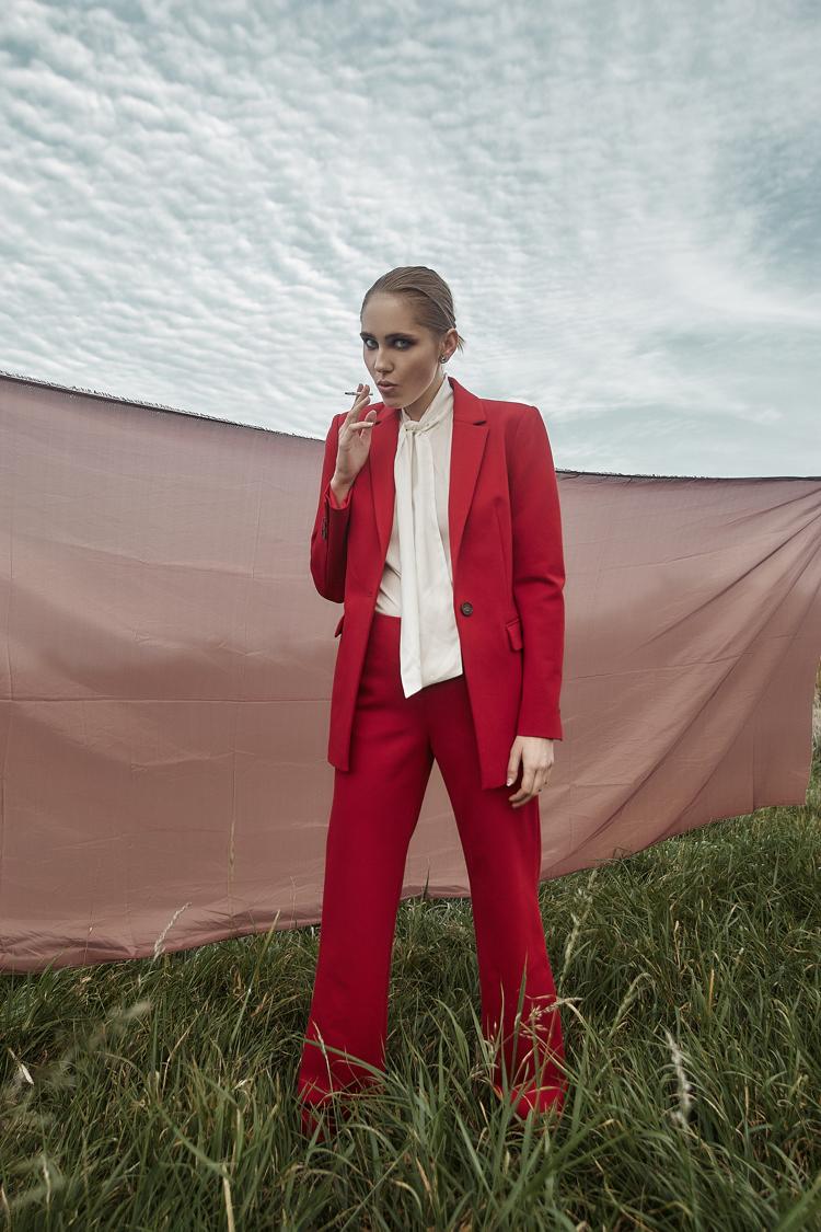 czerwony garnitur, biała koszula, Eliza Białogrodzka