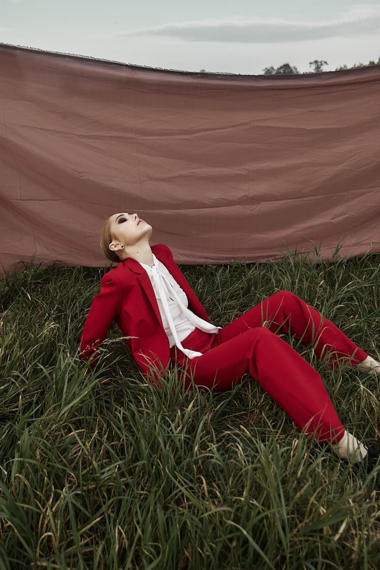 czerwony garnitur, sesja zdjęciowa