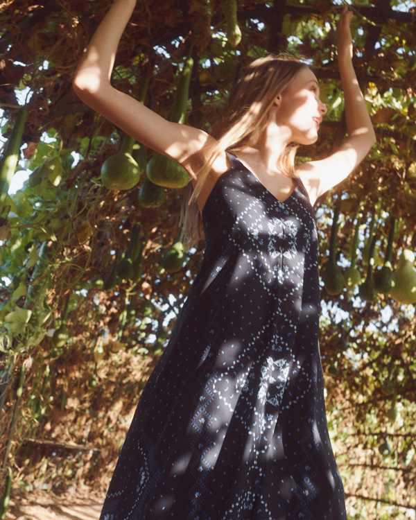 Nowa kolekcja EDITED Summer Dreaming, granatowa długa sukienka