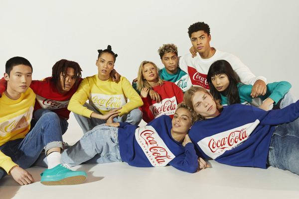TOMMY JEANS COCA-COLA