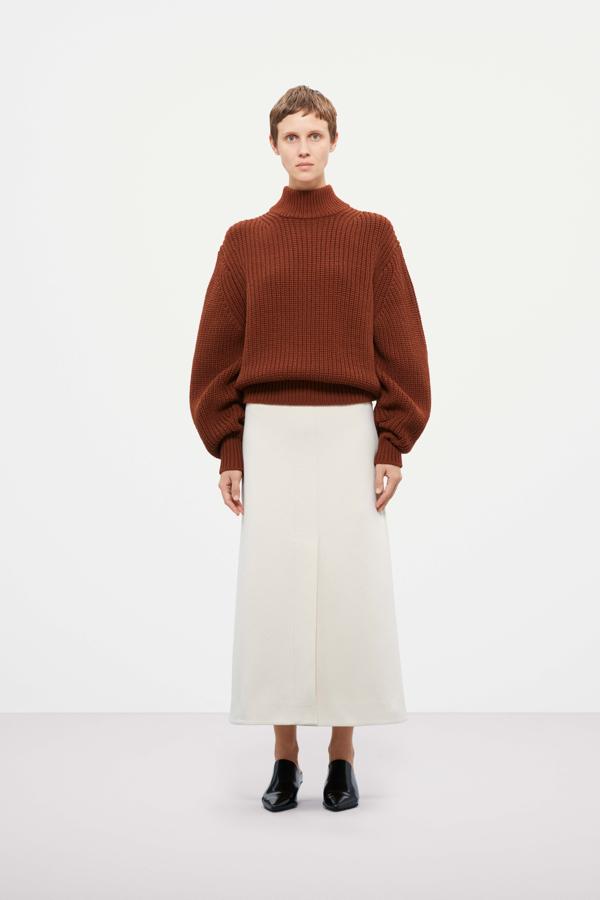 płaszcz COS, overside płaszcz, ubrania COS, brązowy sweater COS, spódnica COS