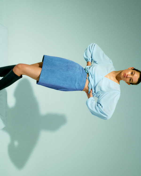 Nowa kolekcja EDITED, ubrania Edited, modne ubrania na jesień, spódnica mini, jasno niebieska koszula