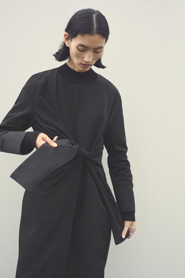 czarna sukienka COS