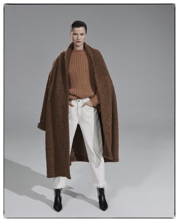 Kasia Struss, brązowy płaszcz
