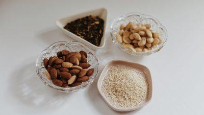 Orzechy, nasiona, pestki – idealne przekąski na jesień