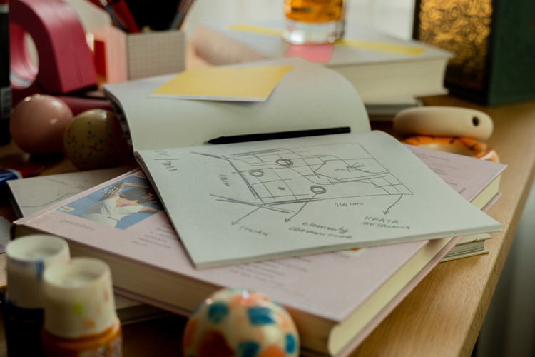 robi nie tylko kompozycja, ale i rozmiar dzieła  – to bowiem aż 2-metrowa krata wpisana w stalową ramę, do której przymocowano kontrastujące ze sobą kolorowe kulki i precle, wykorzystane w nietypowej dla artystki, innowacyjnej formie. W październiku br. dzieło Malwiny Konopackiej trafi na aukcję designu w domu aukcyjnym DESA Unicum, a dochód z licytacji w całości zostanie przeznaczony na projekt 160/160 Towarzystwa Zachęty Sztuk Pięknych. W ramach  tego specjalnego projektu, zainicjowanego wspólnie z Zachętą, Towarzystwo – z okazji 160. rocznicy swojego istnienia – ufunduje 160 stypendiów artystkom i artystom, którzy stają dziś przed ogromnym wyzwaniem, jak kontynuować swoją twórczość.